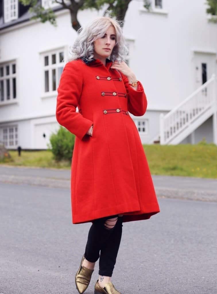 Яркое пальто в стиле милитари