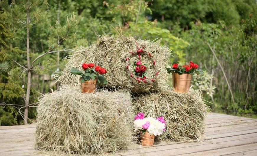 декор из сена дополняет деревенскую свадьбуюбу