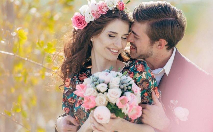 Вместо традиционного белого, невеста может одеть красочное платье с цветочным принтом.