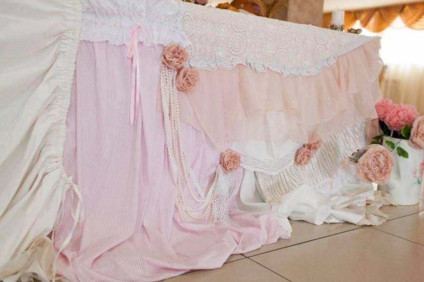 Нежно-розоый цвет скатерти