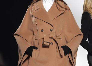 Пальто-пончо на показах моды