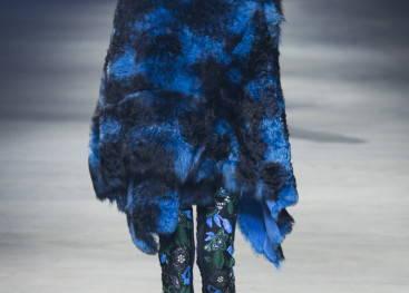 Меховое пончо на показах моды