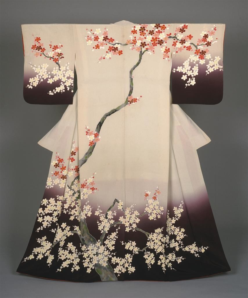 Японское кимоно с изображением сакуры