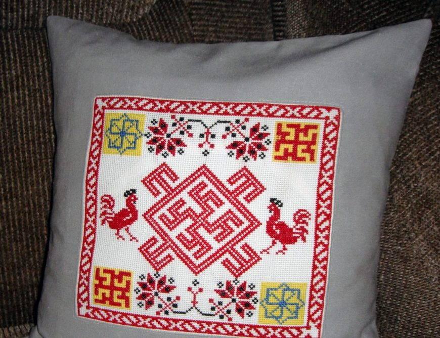 Вышитая подушка