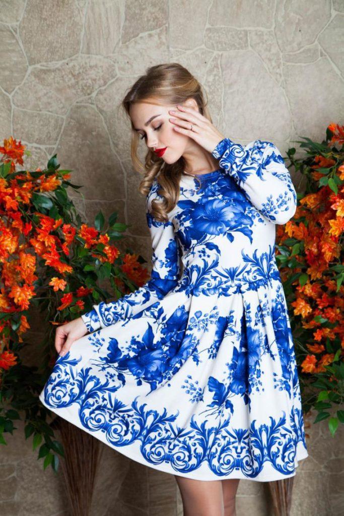 Голубые цветы на белом фоне