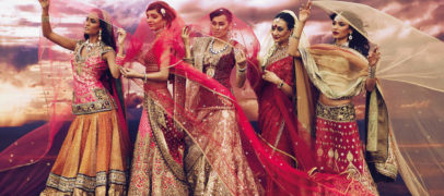 Рассмотрим, как одевать и носить традиционное сари