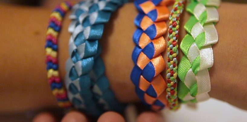Плетем яркие фенечки из атласных ленточек